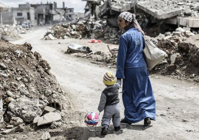 امرأة مع طفلها صورة أرشيفية