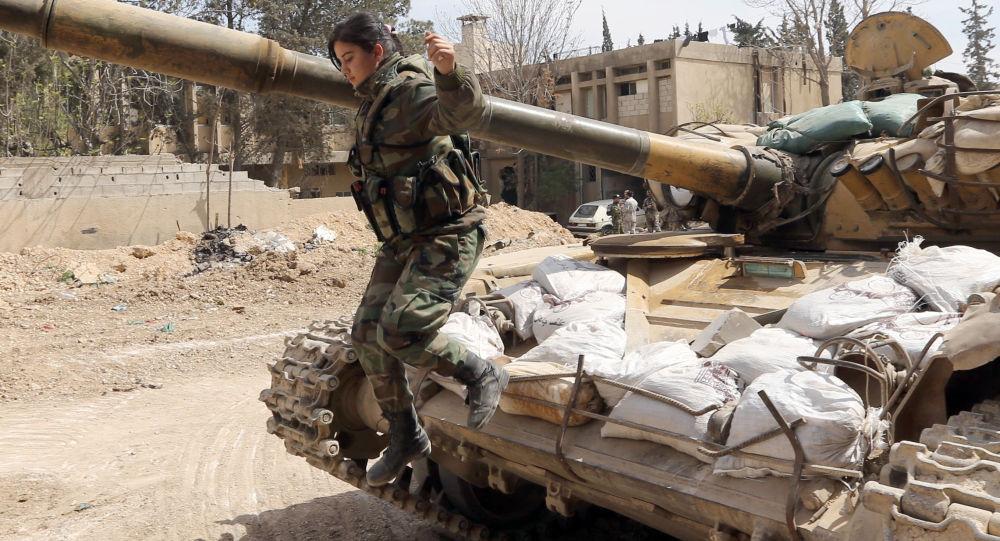 مجندة سورية  يقفز من دبابة  في منطقة جوبر