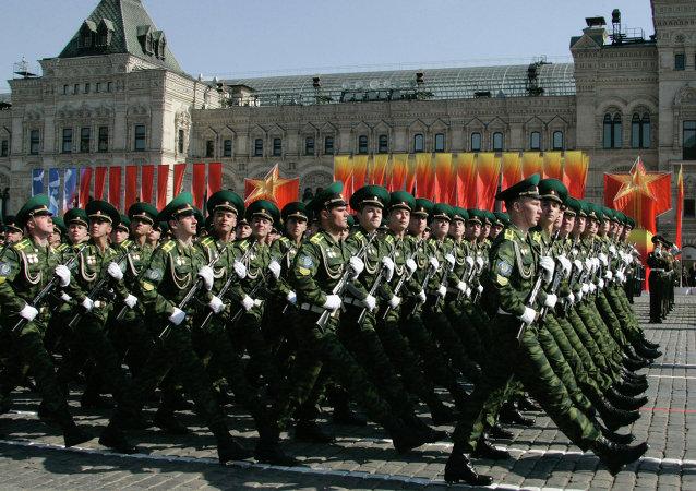 عرض عسكري في ذكرى عيد النصر على النازية