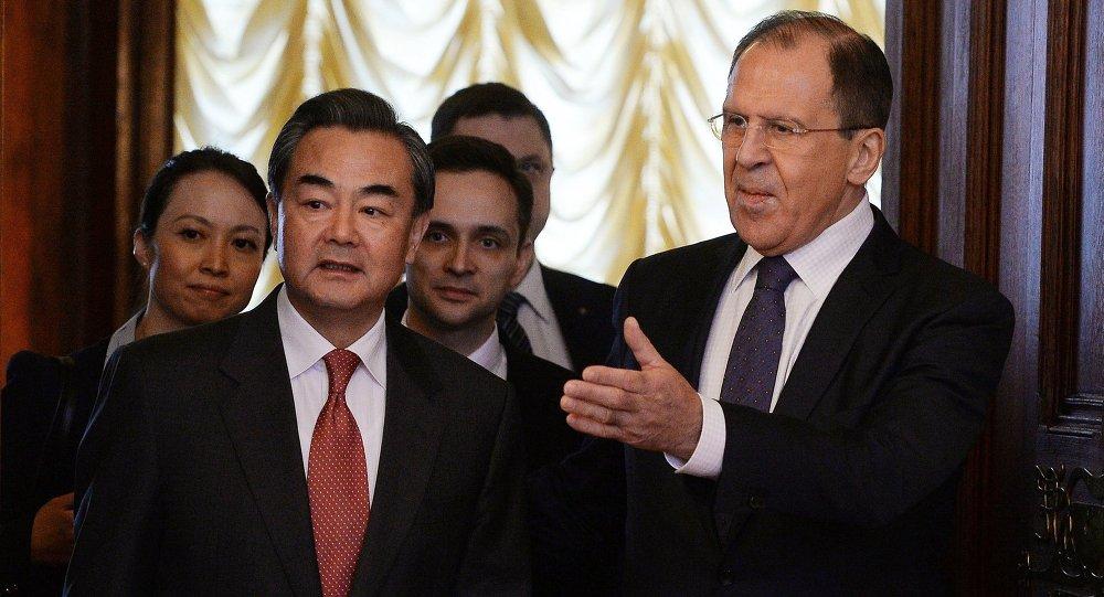 لافروف مع وزير خارجية الصين