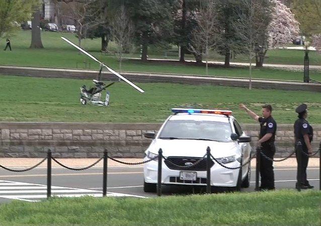 طائرة هليكوبتر صغيرة أمام مجمع الكونغرس