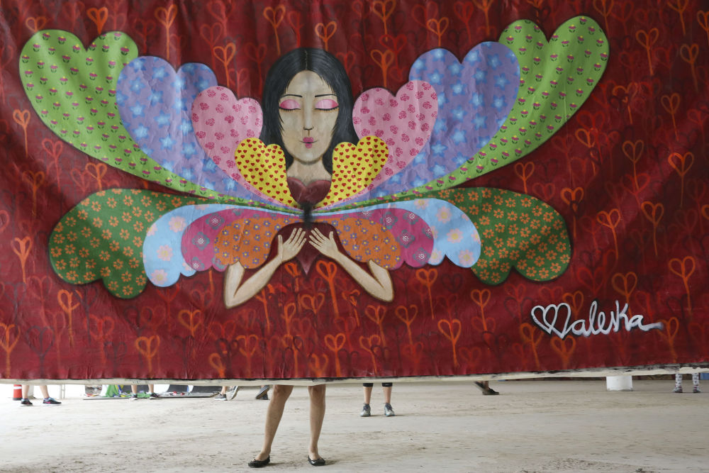 الكتابة على الجدران  لفنان برازيلي في مهرجان الكتابة على الجدران للفنون الجميلة بينالي