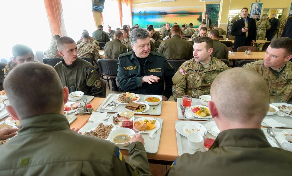 الرئيس الأوكراني بيوتر بوروشينكو مع المشاركين في التدريبات العسكرية الأوكرانية الأمريكية فيارليس غارديان - 2015