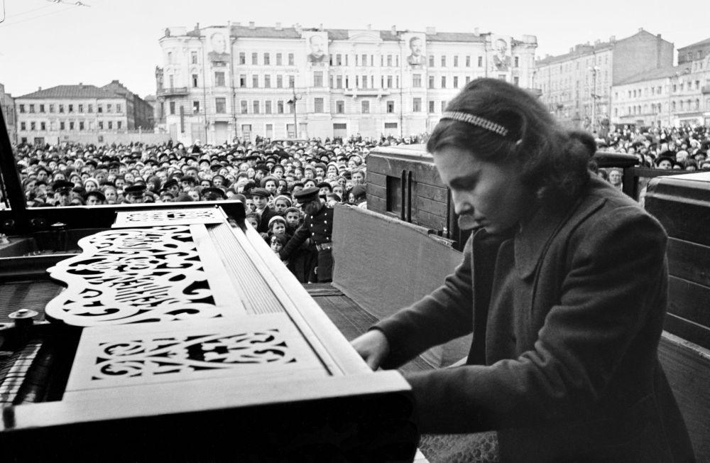 عازفة البيانو نينا بيتروفنا يميليانوفا من موسكو 9 أيار/ مايو 1945