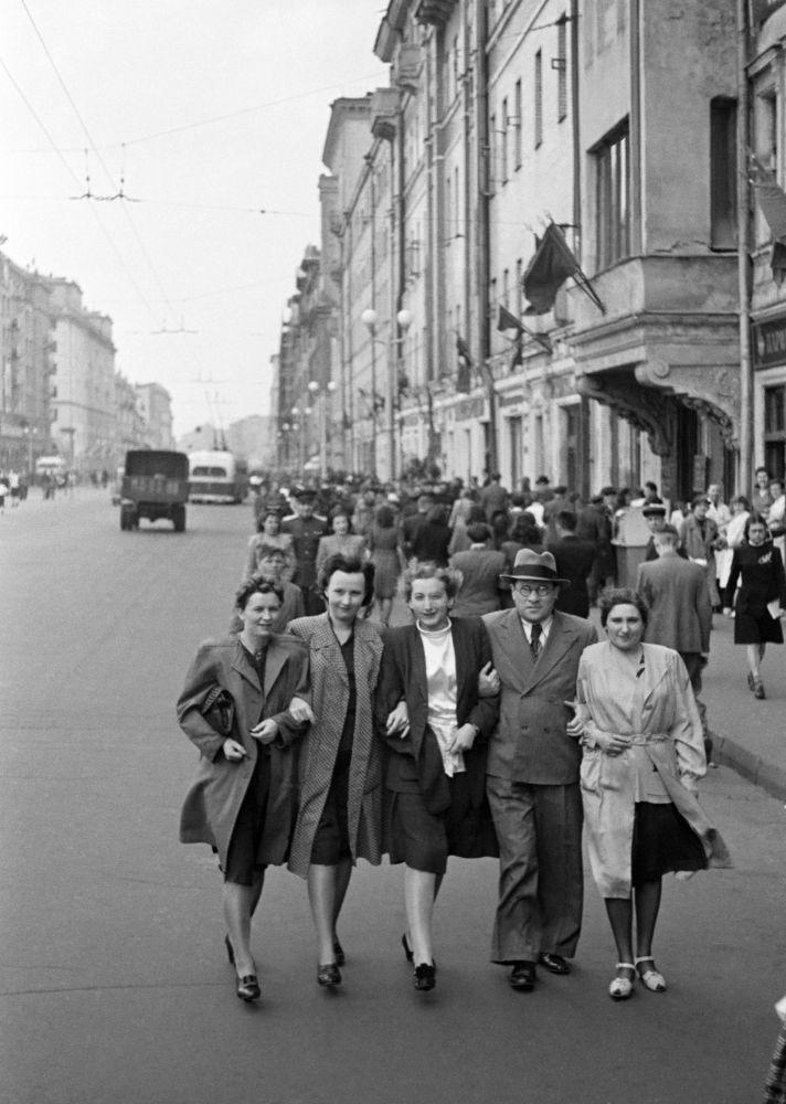 سكان موسكو في شارع غوركي (حاليا تفيرسكايا) 9 أيار/ مايو 1945