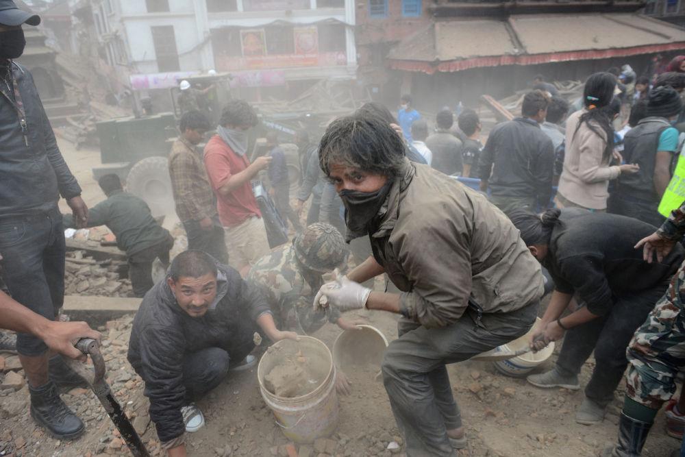 إزالة الأنقاض بعد الزلزال الذي وقع في نيبال