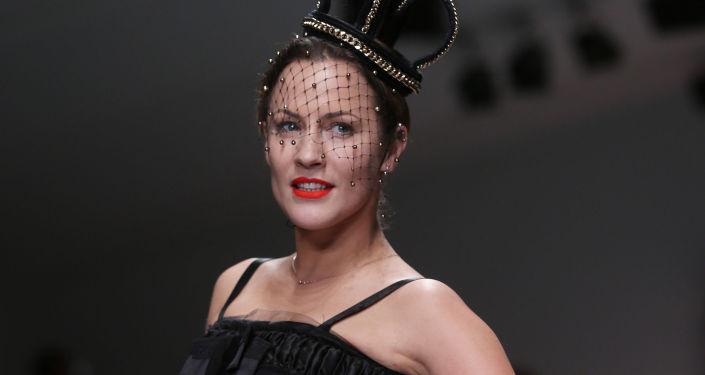 خامس امرأة إثارة في العالم الإنجليزية عارضة الأزياء والمذيعة كارولين فلاك.