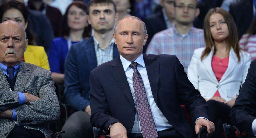 الرئيس الروسي فلاديمير بوتين يحضر مؤتمراً حول الإعلام في مدينة سان بطرسبورغ