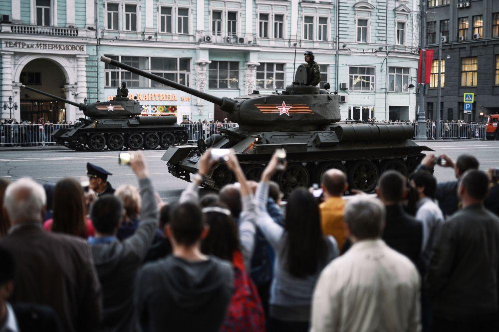 أول بروفة ليلية للعرض العسكري بمناسبة عيد النصر في موسكو