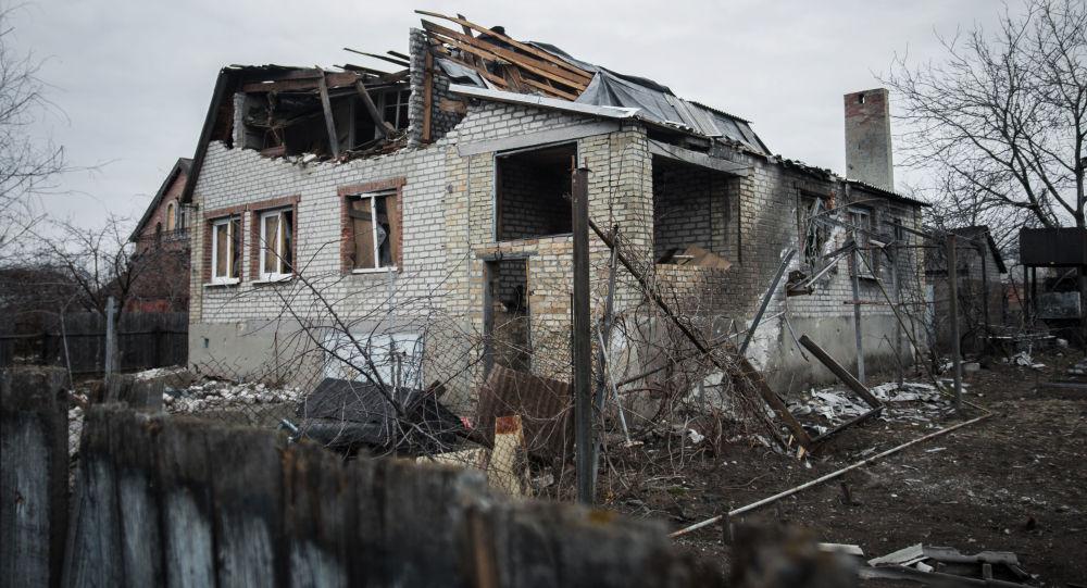 بيت مدمر قرب مطار دونيتسك