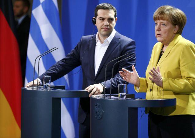 أليكسيس تسيبراس، رئيس وزراء اليونان، وانجيلا ميركل، رئيسة وزراء ألمانيا