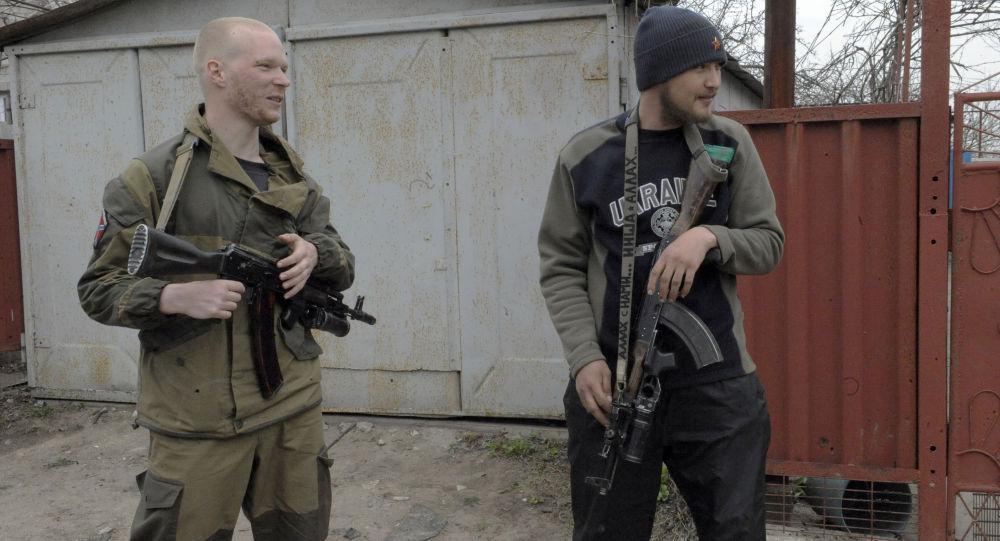عنصران من الدفاع الشعبي في قرية شيروكينو
