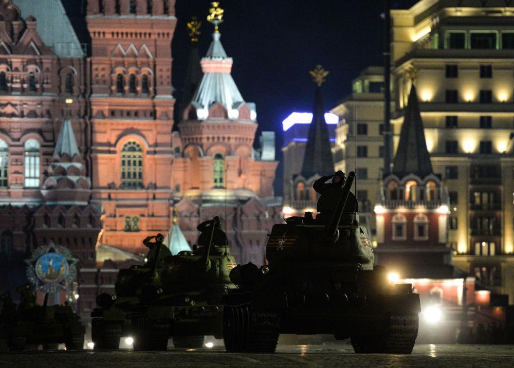 ثاني بروفة ليلية للعرض العسكري بمناسبة عيد النصر في موسكو