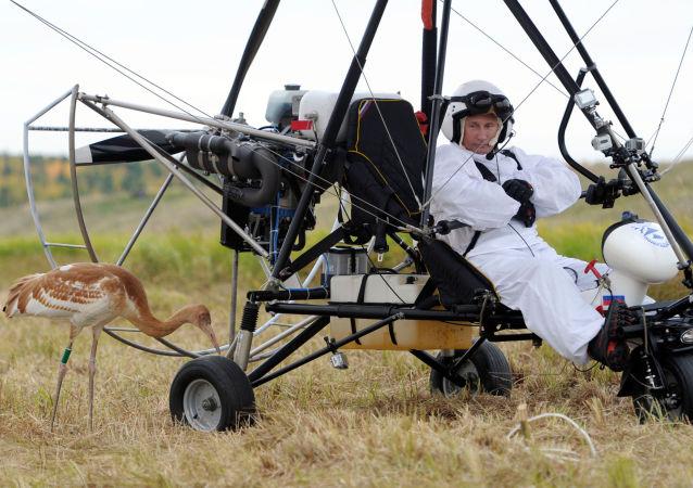فلاديمير بوتين يقود طائرة ذات جناح دلتا