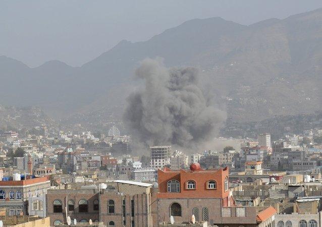 دخان إثر ضربة جوية في إب