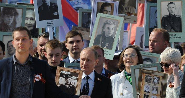 بوتين خلال مسيرة الفوج الخالد في موسكو