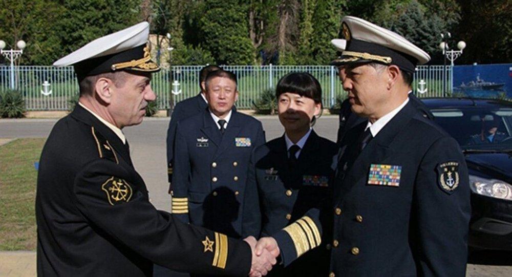 قائد عسكري روسي يرحب بزميل صيني في قاعدة نوفوروسيسك للقوات البحرية الروسية
