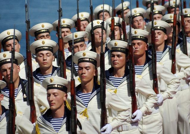 جنود البحرية الروسية فى أسطول البحر الأسود أثناء عرض عسكري فى إحتفالات يوم البحرية فى سيفاستوبول