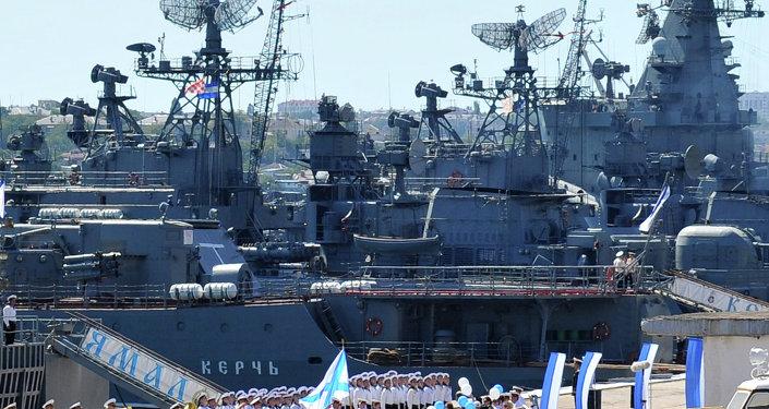 إستعراض عسكري لجنود البحرية الروسية فى خليج سيفاستوبول - القاعدة الرئيسية لأسطول البحر الأسود