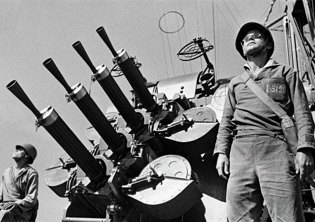وحدة المدفعية المضادة للطائرات داخل أسطول البحر الأسود يستعدون لصد هجوم جوي أثناء الحرب العالمية الثانية