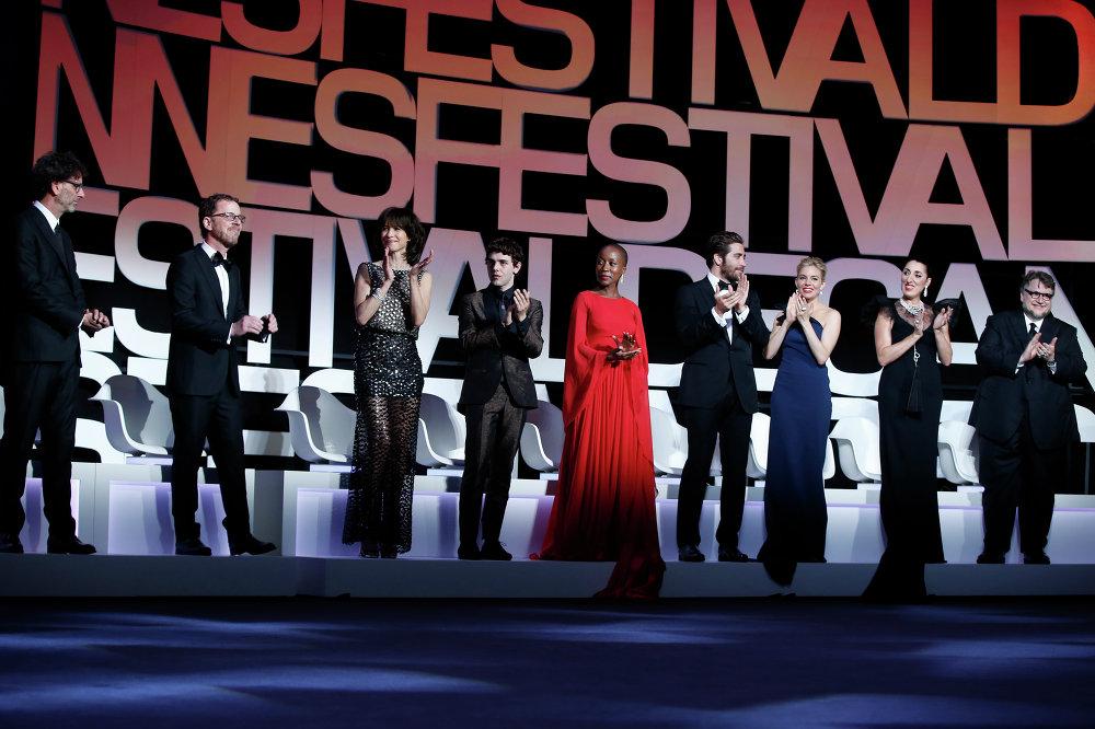 أعضاء لجنة التحكيم خلال حفل افتتاح مهرجان كان السينمائي الـ68 في مدينة كان، جنوب فرنسا، 13 مايو 2015.