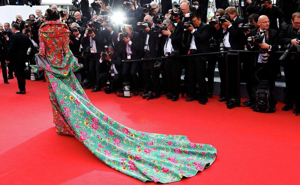 ضيفة مجهولة تصل إلي السجادة الحمراء لحضور حفل الافتتاح وعرض الفيلم لا تيت هوت فى مهرجان كان السينمائي الـ 68 في مدينة كان جنوب فرنسا.