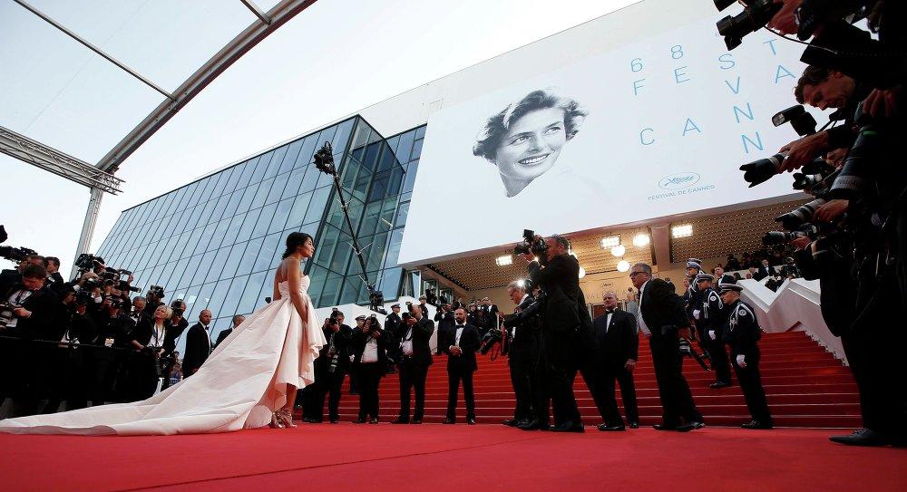 الممثلة ليلى بختى  تصل إلى السجادة الحمراء لحضور حفل الافتتاح وعرض الفيلم لا تيت  هوت خلال مهرجان كان السينمائي الـ 68 في مدينة كان جنوب فرنسا، 13 مايو 2015.