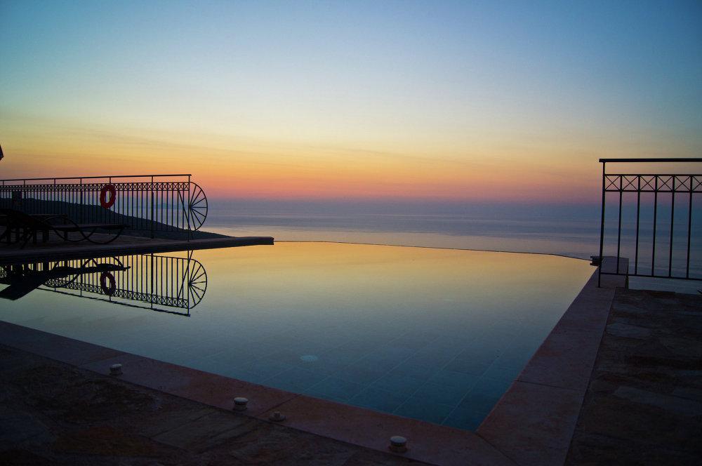 مسبح فى جزيرة كيفالونيا اليونانية