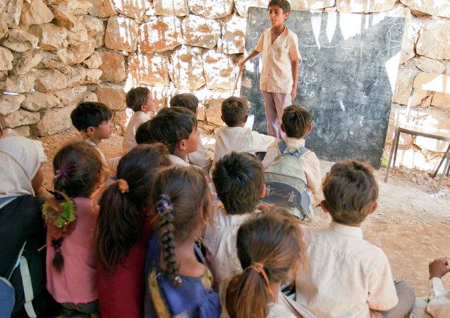 اطفال فى إحدى المدارس بجزيرة سقطري اليمنية