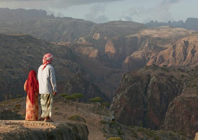 رجل وطفلة من اليمن ينظرون الى المناظر الطبيعية الخلابة فى جبال الحجر فى اليمن