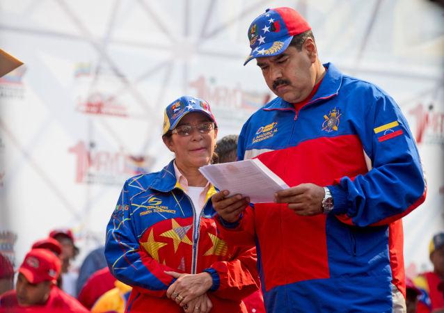 نيكولاس مادورو رئيس فنزويلا  والسيدة الأولى سيليا فلوريس وسط جمع شعبي فى كراكاس