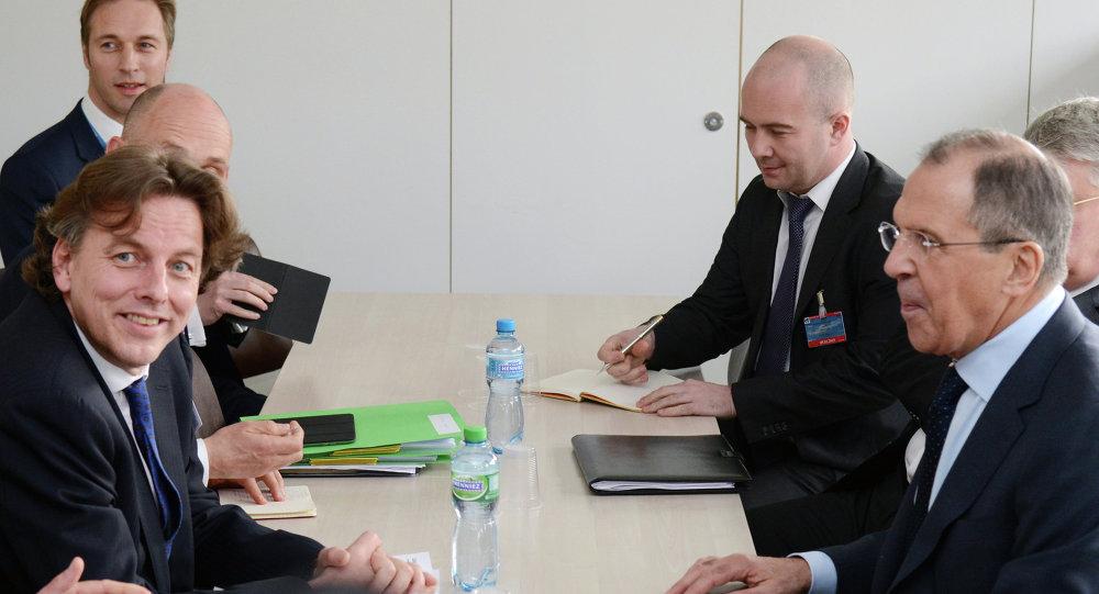 وزير خارجية هولندا بيرت كوندرز، خلال الاجتماع مع نظيره الروسي سيرغي لافروف