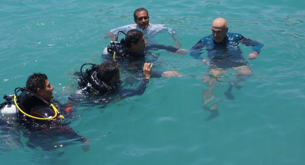 غواص مصري يقضي 100 ساعة تحت الماء
