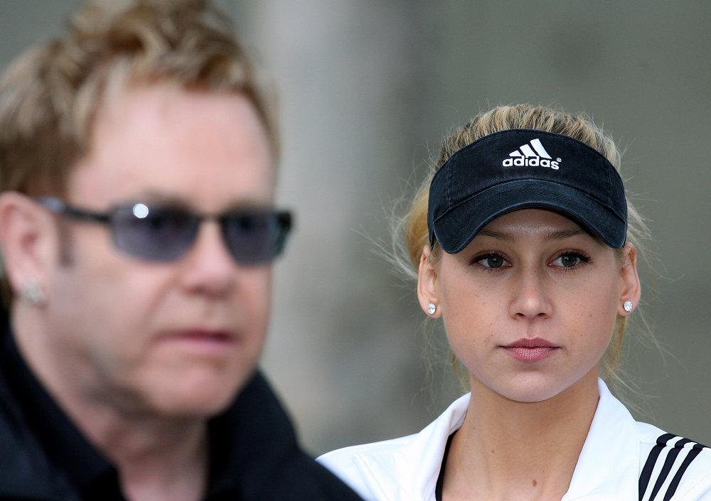 آنا كورنيكوفا والمغني البرطاني إلتون جونز