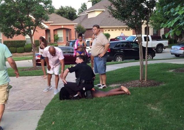 شرطي أمريكي يعتدي على فتاة سوداء