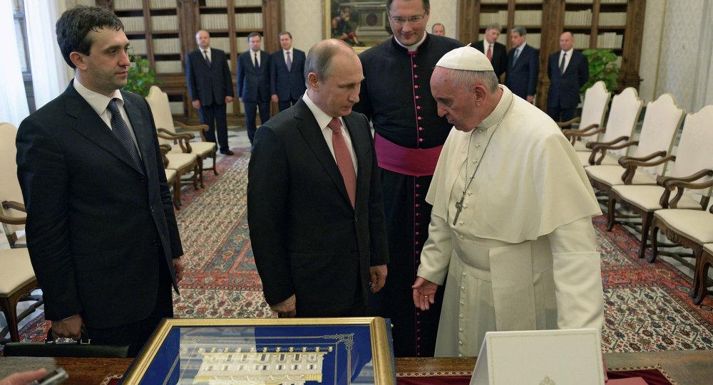 فلاديمير بوتين مع البابا فرانسيس