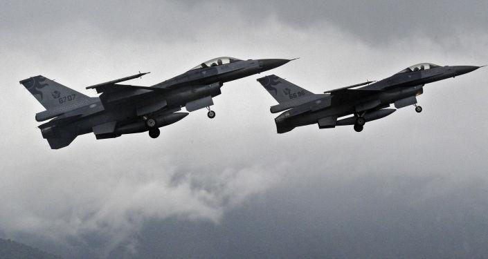 مقاتلتان من طراز إف-16
