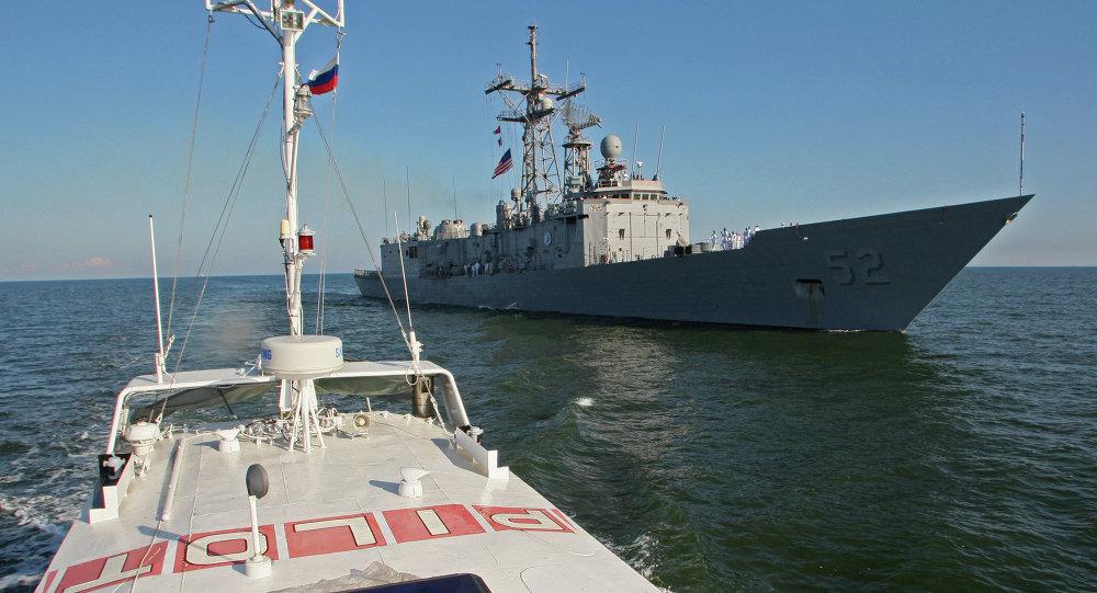 سفينة حربية أمريكية وروسية