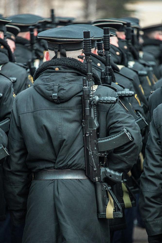 طقم لتحديث رشاش كلاشينكوف خلال بروفة العرض العسكري