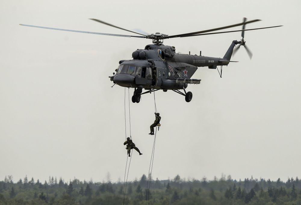 المظليين الروس خلال المنتدي العسكري التقني آرميا 2015