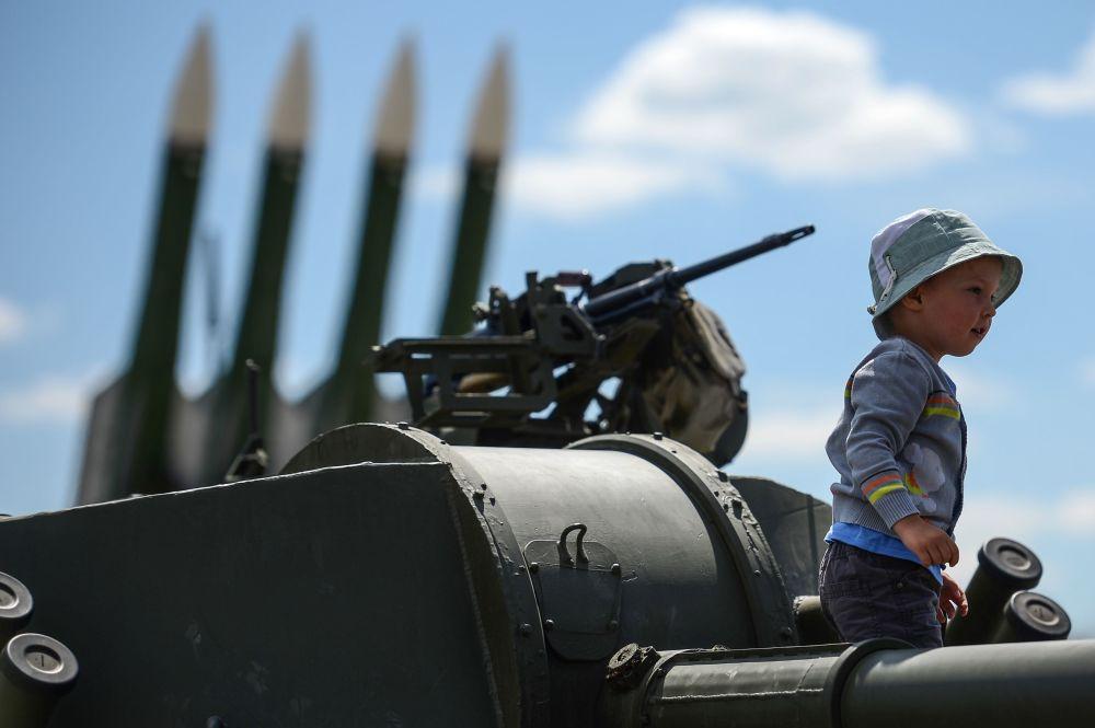 إحدي الأطفال الزائرين للمنتدي العسكري التقني 2015