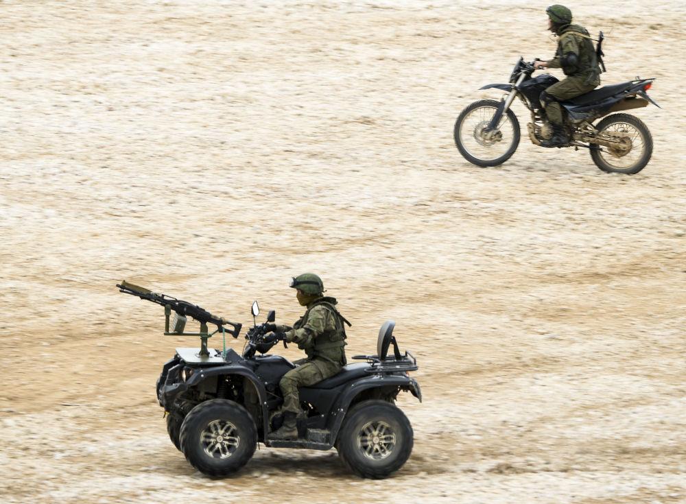 جنود روس خلال المنتدي العسكري التقني آرميا 2015