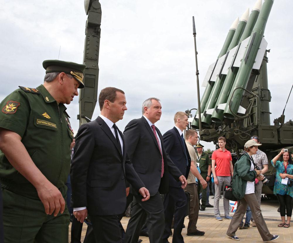 وزير الدفاع الروسي سيرغي سويغو مع رئيس الوزراء الروسي دميتري ميدفيديف ونائبه دميتري روغوزين خلال منتدي آرميا 2015