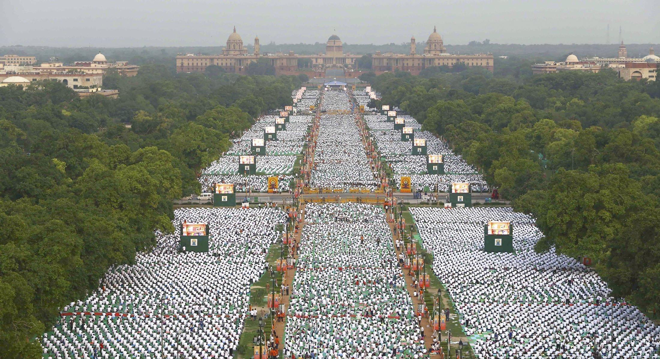 المشاركون فى اليوم العالمي لليوجا أمام بوابة الهند فى نيودلهي