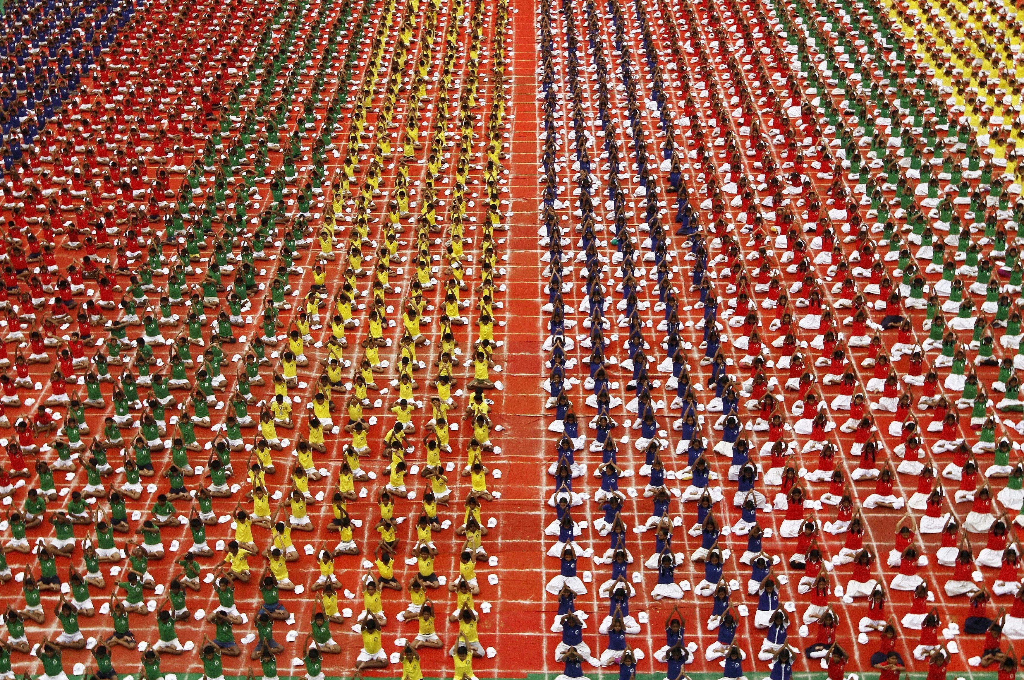 طلاب من الهند يشاركون فى اليوم العالمي لليوجا فى مدينة تشيناى