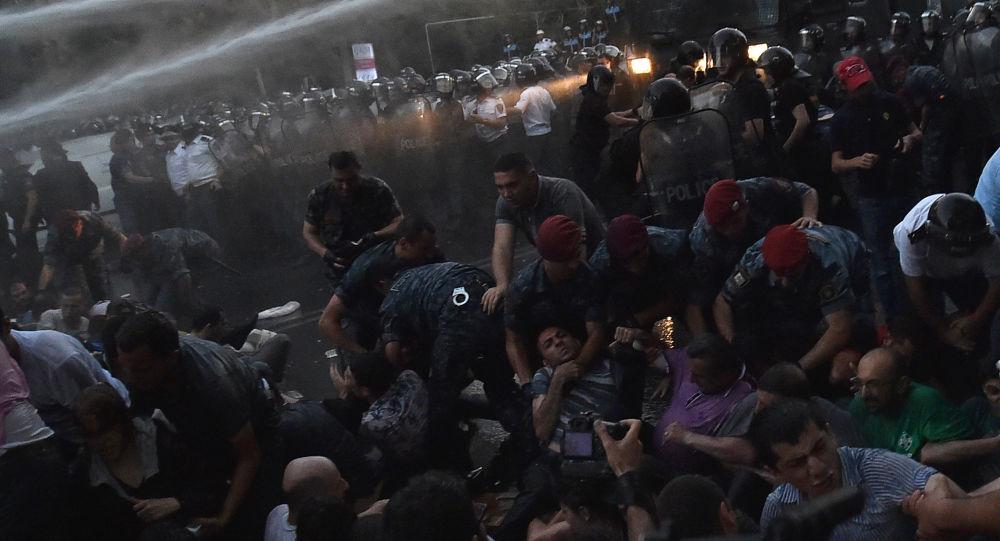 تفريق متظاهرين في يريفان