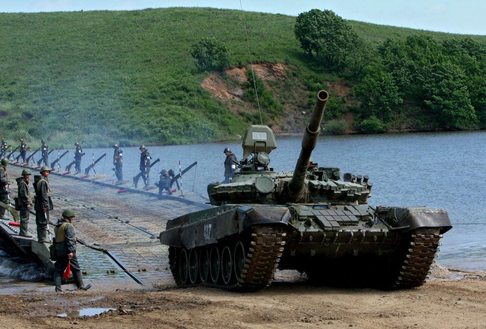 الدبابة ت-72 أثناء تدريبات وحدات الهندسة التابعة للجيش الروس الخامس، تعبر النهر على جسر عائم