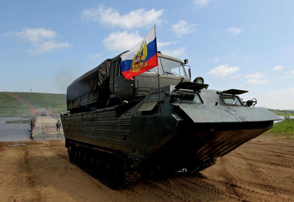 ناقلة برمائية أثناء تدريبات وحدات الهندسة التابعة للجيش الروسي الخامس
