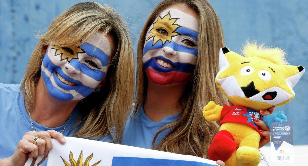 جماهير أوروجواي قبل انطلاق مباراة فريقهم ضد جامايكا فى إطار مباريات الجولة الأولى لكوبا أمريكا 2015، ستاد كالفو، شيلي، 13 يونيو 2015.