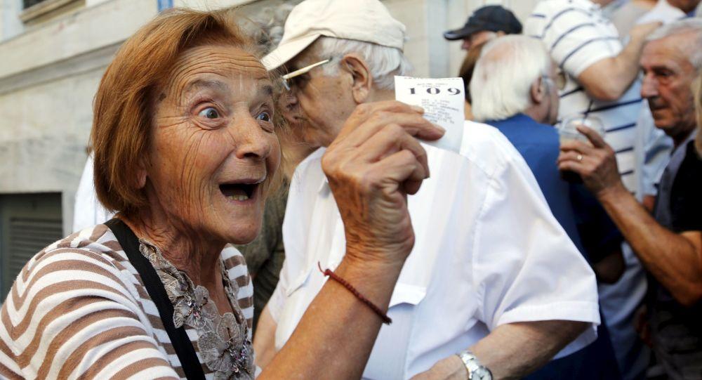 المتقاعدون بجوار البنك الوطني اليوناني